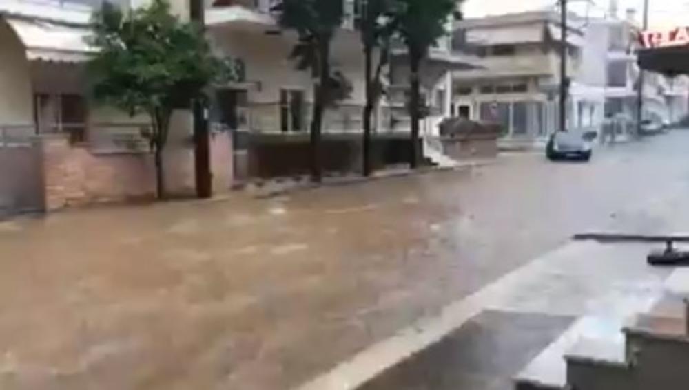 SNAŽNO NEVREME U GRČKOJ: Ulice se pretvorile u reke, zabeleženo 6.700 munja (VIDEO)
