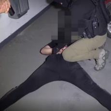 SNIMAK AKCIJE HAPŠENJA: Ovako je policija u Beogradu upala u jazbinu narko dilera - krili velike količine narkotika (VIDEO)
