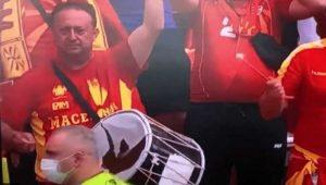 SNIMAK KOJI JE OBIŠAO SVET: Dok se Makedonci raspadaju na EURU, navijače je baš briga – samo oni mogu da lupaju u probušen bubanj! (VIDEO)