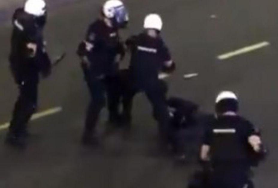 SNIMAK KOJI JE UZNEMIRIO SRBIJU: 20 policajaca ga udara i šutira! (VIDEO)