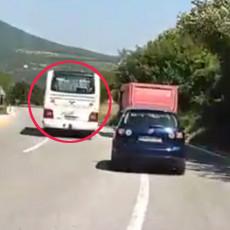 SNIMAK OD KOGA PODILAZI JEZA: Autobus pretiče kamion na punoj liniji u krivini (VIDEO)