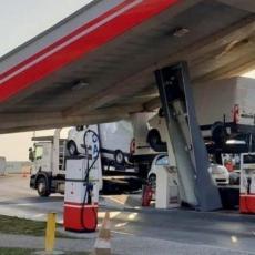 ŠOK FOTKA IZ SREMSKE MITROVICE: Na pumpi nastao NEVIĐENI KARAMBOL, vozila razbacana KAO IGRAČKE (FOTO)