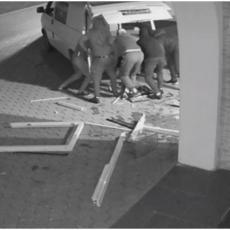 ŠOK SNIMAK! Pljačka u Gračanici: Ovako su razbojnici iščupali TONU težak BANKOMAT, pa pobegli (VIDEO)