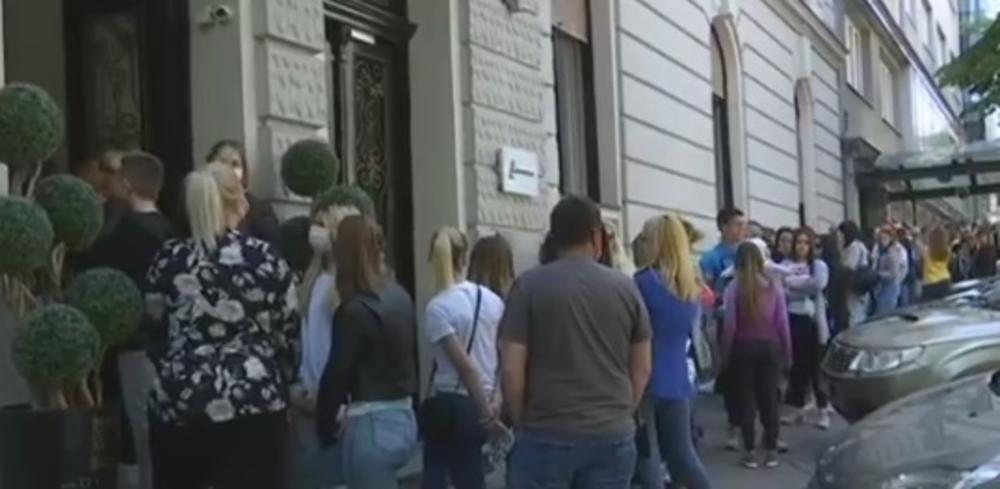 ŠOKANTAN SNIMAK IZ CENTRA BEOGRADA: Žene čekaju u redu bez maski i distance! Razlog će vas ZGROZITI (VIDEO)