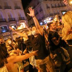 ŠPANIJA NA NOGAMA ISPRAĆA KORONU: Veliko slavlje na ulicama nakon ukidanja policijskog časa (FOTO)