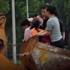 SPAŠEN POSLE TRI DANA IZ POPLAVLJENE GARAŽE: Broj mrtvih se nakon rekordnh kiša u Kini popeo na 58 (VIDEO)