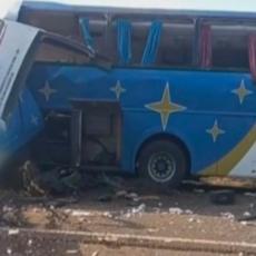 SPASIOCI SU TELA NALAZILI NA SVE STRANE Stravičan sudar autobusa i kamiona, poginulo 37 ljudi! (FOTO)