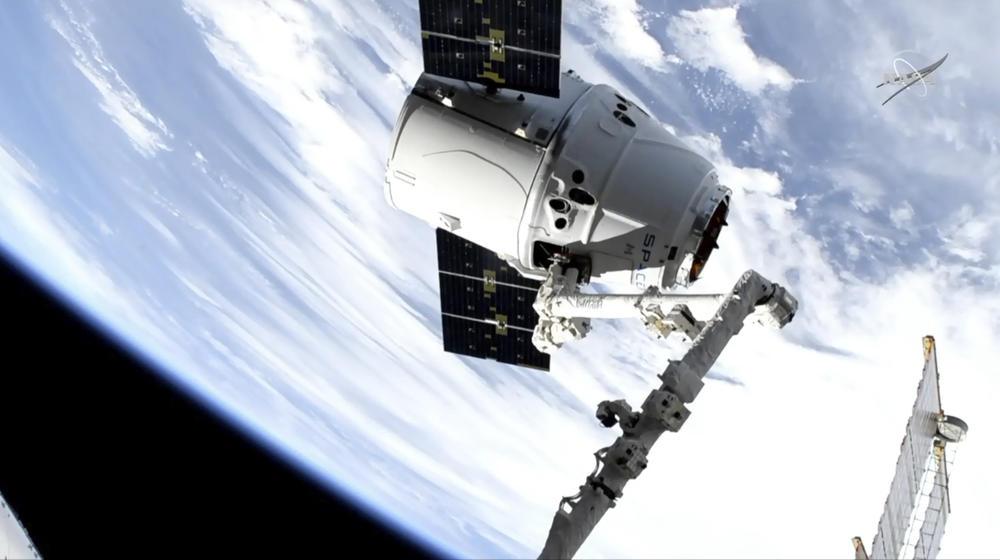 SPEJS IKS STIGAO U MEĐUNARODNU KOSMIČKU STANICU: Džinovska robotska ruka uhvatila kapsulu Dragon, 400 kilometara iznad Atlantika!