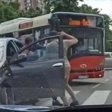 SRAMOTA KOLIKO JE TUŽAN PRIZOR: Iznervirani zbog gužve blokirali saobraćaj, izašli iz kola pa se tukli kao u ringu (VIDEO)