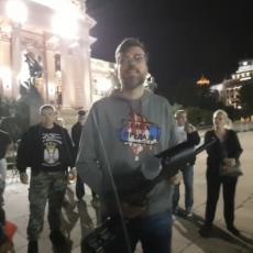 SRAMOTA! PEJNT-BOL PUŠKOM NA SKUPŠTINU: Nogo pozvao građane da kupe topovske udare i baklje i da GAĐAJU POSLANIKE