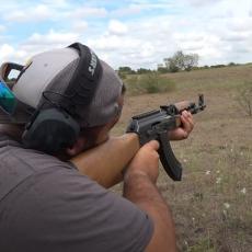 SRPSKI KALAŠNJIKOV OSTAVIO AMERE BEZ TEKSTA: Njihov AR-15 deluje kao dečja igračka u odnosu na njega (VIDEO)