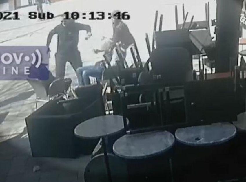 SRPSKI MLADIĆI NAPADNUTI U SEVERNOJ MITROVICI: Dok su sedeli u kafiću krenuli da ih udaraju staklenim flašama po glavi! VIDEO