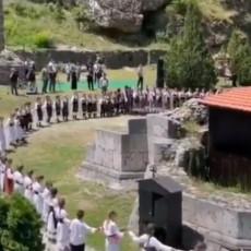 SRPSKI ŠTIT OKO PORUŠENE SVETINJE NA KiM: Prizor koji tera na suze - 500 mališana zaigralo kolo (VIDEO)