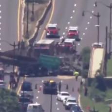 SRUŠIO SE MOST U VAŠINGTONU: Ruševine zatrpale kamion nasred puta, ima povređenih (VIDEO)