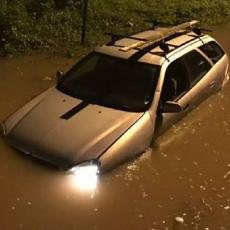 STRAŠNE SLIKE IZ KRALJEVA: Potopljeni automobili, BUJICA NA ULICAMA, KIŠA JE NAPRAVILA PRAVI HAOS (FOTO/VIDEO)