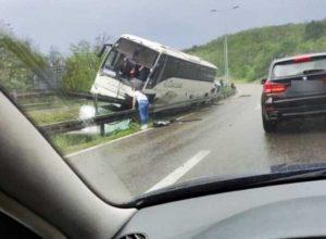 STRAVIČAN UDES NA AUTOPUTU: Djevojka iz autobusa na liniji Beograd-Novi Pazar skočila kroz prozor