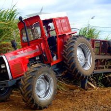 STRAVIČNA NESREĆA KOD VRANJA: Prevrnuo se traktor, otac poginuo na licu mesta, lekari se BORE ZA ŽIVOT SINA!