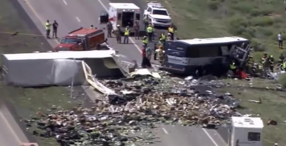 STRAVIČNA NESREĆA U NOVOM MEKSIKU: Kamionu pukla guma, pa udario u autobus, 8 mrtvih (VIDEO)