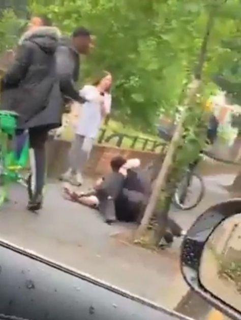 STRAVIČNA SCENA U LONDONU: Brutalno napali policiju, šutirali ih i tukli, prolaznici se smejali i pravili selfije VIDEO
