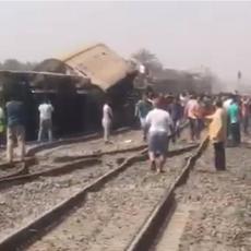 STRAVIČNA TRAGEDIJA U EGIPTU: Putnički voz iskočio iz šina, poginuo veliki broj ljudi, još uvek broje mrtve! (VIDEO)