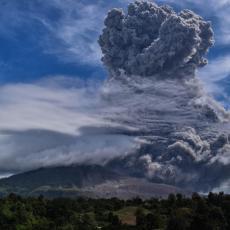 STUB PEPELA VISOK PET KILOMETARA: Nezapamćena erupcija vulkana, čađ prekrio čitava sela (VIDEO)