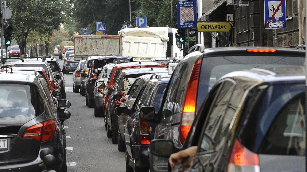 SUDAR AUTOMOBILA I AUTOBUSA NA ČUKARICI Saobraćaj u zastoju, stoje i autobusi gradskog prevoza