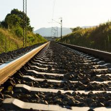 SUDAR DVA TERETNA VOZA KOD RALJE: Saobraćaj na tom delu pruge u prekidu