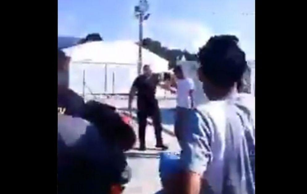 SUKOB U KAMPU KOD BIHAĆA: Migranti uz povike nasrnuli na policajce, kamera snimila ceo incident (VIDEO)