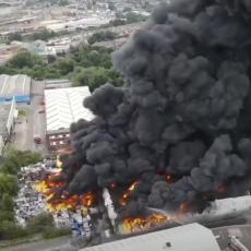 SUROVI POŽAR GUTA I ENGLESKU! DIM SE VIDI KILOMETRIMA: Fabrika ispušta otrovne materije u vazduh (FOTO/VIDEO)