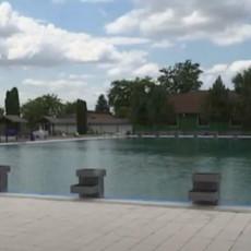 SUTRA DAN ŽALOSTI U ODŽACIMA: Zastave na pola koplja povodom smrti dečaka koji se udavio u bazenu
