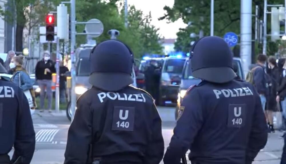SUZAVAC NA PROTESTIMA U BEČU, SUKOB SA POLICIJOM: Zaratili najpre levičari i desničari ali je policija oštro reagovala VIDEO