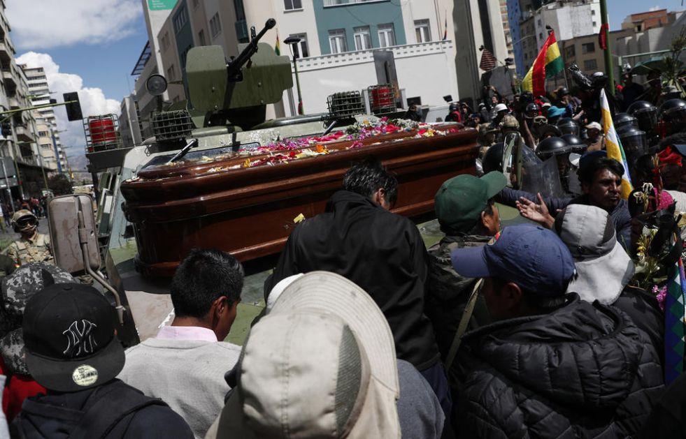 SUZAVCEM NA POGREBNU POVORKU: Policija rasterala ljude koji su sahranjivali petoro poginulih u protestima (FOTO)