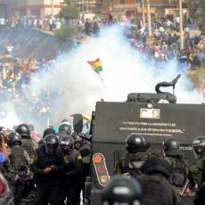 SUZAVCEM NA POGREBNU POVORKU: Policija rasterala ljude koji su sahranjivali petoro poginulih u protestima (VIDEO)