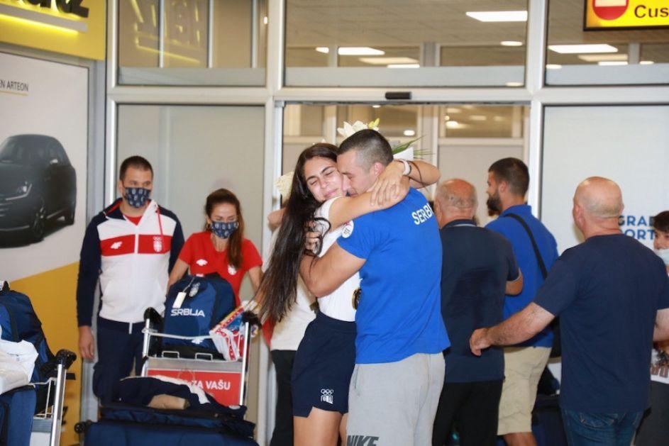 SUZE RADOSNICE: Milica Mandić poletela vereniku u zagrljaj po povratku u Srbiju (FOTO)