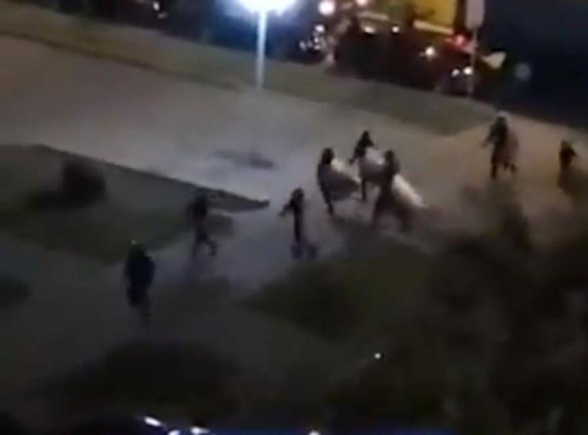 SVETLEĆIM GRANATAMA NA DEMONSTRANTE: Policija u Minsku ima nove metode za razbijanje protesta (VIDEO)