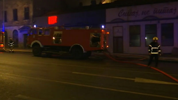 Sa požarom u Karađorđevoj ulici bore se 22 vatrogasca