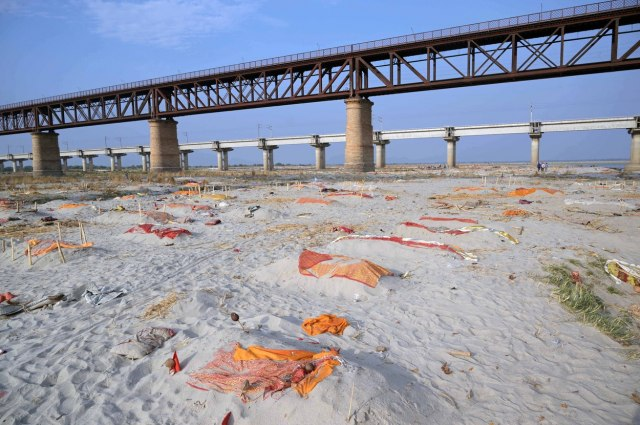 Sahrane su skupe pa leševe odlažu u reke i sahranjuju na obalama; Ovde smo da pomognemo FOTO