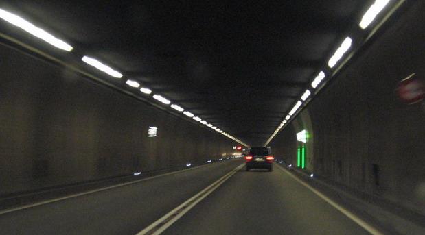 Sam u tunelu dugom 17 km: Kako je jedan vozač ignorisao više od 63 crvena svetla na semaforima?!