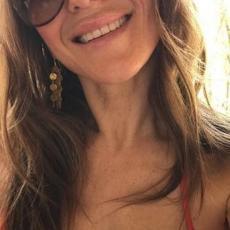 Samo što je napunila 54, pa se skroz OBNAŽILA: Pozirala NAGA u bazenu, a Instagram je šokiran njenom MLADOLIKOŠĆU