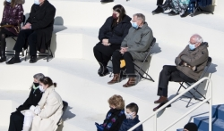 Sandersove vunene rukavice na Bajdenovoj inauguraciji zabavljaju internet (VIDEO)