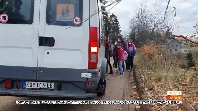 Seljak blokirao put: Neko je našao za shodno da postavi među nasred puta VIDEO