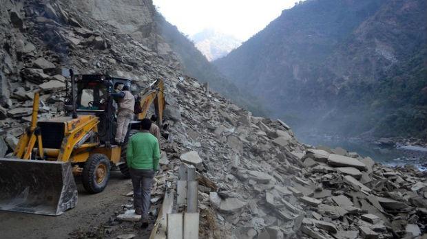 Šestoro poginulo u odronu u Indiji, desetine nestale