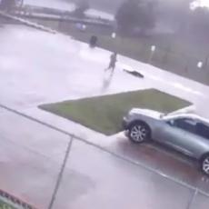 Šetao pse, pa ga UDARIO GROM: Spržio ga i izuo iz cipela! (VIDEO)