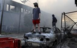 Siloviti protesti zbog smrti crnca pod kolenom policajca potresaju Mineapolis