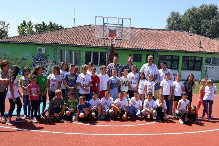 Škola u Omoljici dobila košarkaški teren