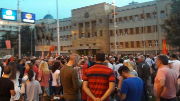 Skoplje – protest protiv novog imena Makedonije, poletele flaše i šok-bombe