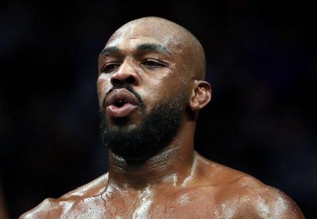 Slavni UFC borac vaspitava huligane na protestu VIDEO