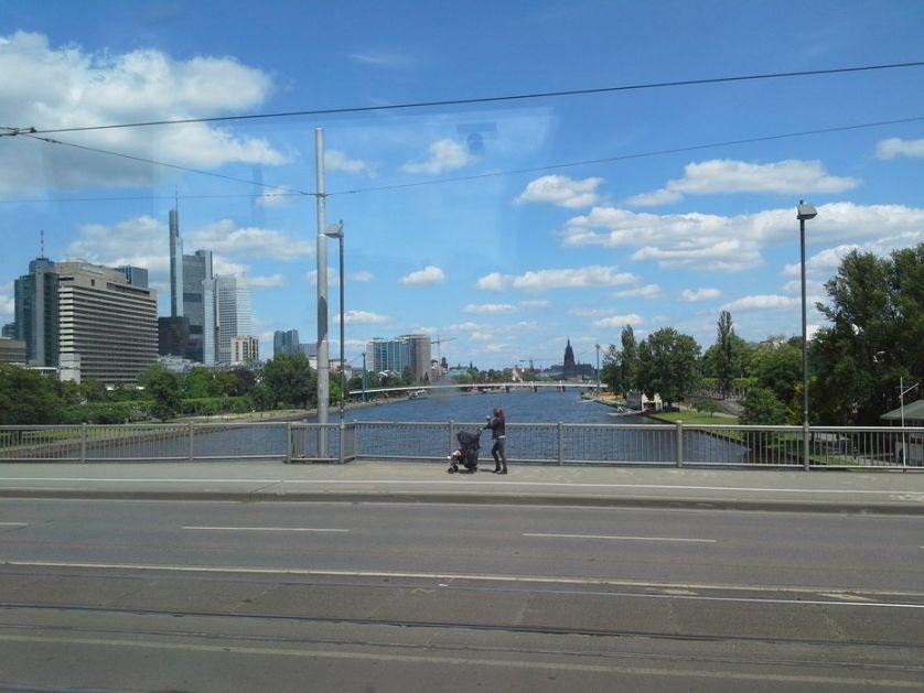 Slikar iz Apatina u Frankfurtu: Ljudi na ulicama gotovo da nema (VIDEO)
