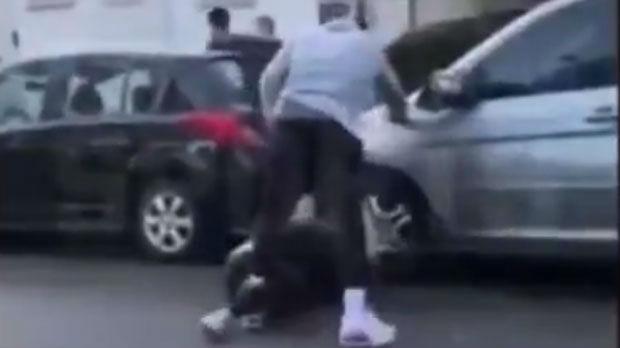 Smit pretukao demonstranta koji mu je oštetio automobil