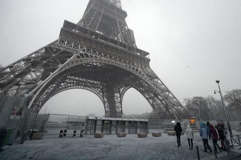 Sneg u Parizu zatvorio Ajfelovu kulu, ali i oduševio turiste